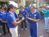 Bupati_menerima_penghargaan_dari_CFD_Indonesia